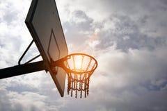 Обруч и небо баскетбола Стоковые Фотографии RF