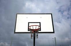 Обруч и небо баскетбола Стоковая Фотография RF