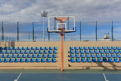 Обруч места и баскетбола в стадионе Стоковое Фото