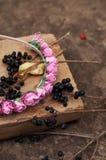 Обруч от цветков, венок с покрашенными цветками Handmade венок цветков на внешней стойке металла доступную Искусственные цветки,  стоковая фотография