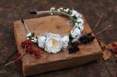 Обруч от цветков, венок с покрашенными цветками Handmade венок цветков на внешней стойке металла доступную Искусственные цветки,  стоковые изображения rf
