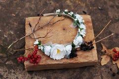 Обруч от цветков, венок с покрашенными цветками Handmade венок цветков на внешней стойке металла доступную Искусственные цветки,  стоковая фотография rf