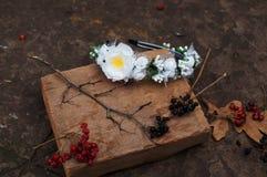 Обруч от цветков, венок с покрашенными цветками Handmade венок цветков на внешней стойке металла доступную Искусственные цветки,  стоковое фото rf