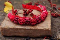 Обруч от цветков, венок с покрашенными цветками Handmade венок цветков на внешней стойке металла доступную Искусственные цветки,  стоковое фото