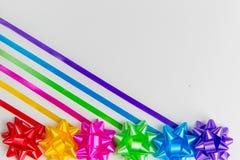 обруч подарка Мульти-цвета обхватывает с творчески помещенным соответствуя backgrounder r лент стоковое фото rf