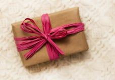 Обруч подарка с розовым смычком Стоковое Фото