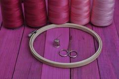 Обруч с потоками для шить и вышивки руки стоковые изображения rf