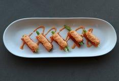 Обруч филе семг на овощах спаржи и льет с яйцами рыб положенных в белую овальную плиту стоковая фотография rf