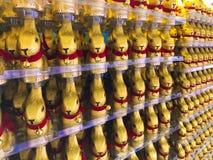 Обруч шоколада зайчика пасхи в золотой алюминиевой фольге цвета с красным кроликом воротника Стоковое фото RF