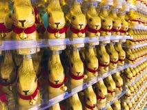 Обруч шоколада зайчика пасхи в золотой алюминиевой фольге цвета с красным кроликом воротника Стоковая Фотография