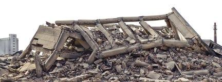 Обрушенное конкретное промышленное здание на белой предпосылке с драматическими небом и печной трубой и другими фабрики Стоковые Фото