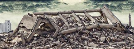 Обрушенное конкретное промышленное здание с драматической печной трубой неба и фабрики и другим бетонным зданием в предпосылке Стоковое Изображение RF
