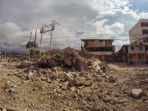 Обрушенные здания после сильные землетрясения в эквадоре стоковое фото rf