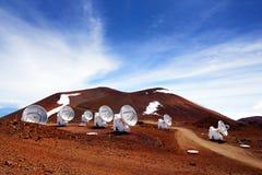 Обсерватории na górze горного пика Mauna Kea Астрономические экспериментальные установки и большие обсерватории телескопа располо стоковое изображение