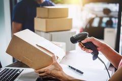 Обслуживание доставки на дом и работая разум обслуживания, ба женщины работая стоковая фотография