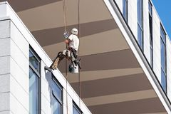 Обслуживание окон чистки работника на высоком подъеме Стоковая Фотография