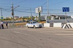 Обслуживание осмотра дороги автомобиля приехало на сцену аварии Стоковое Изображение RF