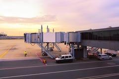 Обслуживание пандуса авиапорта для для коммерчески самолета стоковые фото