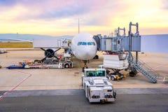 Обслуживание пандуса авиапорта для для посадки коммерчески самолета Стоковое Изображение