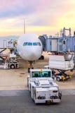 Обслуживание пандуса авиапорта для для посадки коммерчески самолета стоковое изображение rf