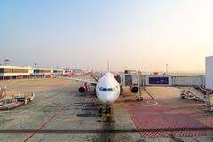 Обслуживание пандуса авиапорта для для посадки коммерчески самолета стоковая фотография