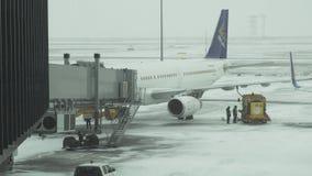 Обслуживание подготовки воздушных судн для полета на снежный аэродром видео отснятого видеоматериала запаса международного аэропо видеоматериал