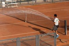 Обслуживание суда глины тенниса стоковое фото rf