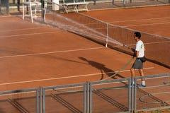 Обслуживание суда глины тенниса стоковая фотография rf