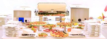 Обслуживание таблицы доставки с обслуживанием установленное с silverware Стоковые Изображения