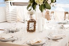Обслуживание таблицы ресторанного обслуживании установленное с едой и питье на ресторане Стоковые Изображения