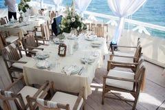 Обслуживание таблицы ресторанного обслуживании установленное с едой и питье на ресторане Стоковые Фотографии RF