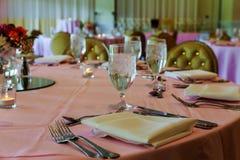 обслуживание таблицы ресторанного обслуживании установленное с silverware блюда и рестораном stemware стеклянным перед партией Стоковые Фотографии RF