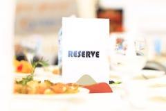 Обслуживание таблицы ресторанного обслуживании установленное с silverware и стеклом Стоковые Фото