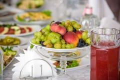 Обслуживание таблицы ресторанного обслуживании установленное с stemware silverware и стекла на ресторане перед партией Стоковая Фотография