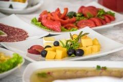 Обслуживание таблицы ресторанного обслуживании установленное с stemware silverware и стекла на ресторане перед партией Стоковое фото RF