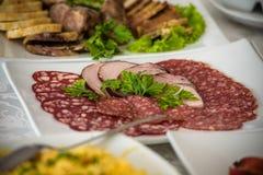 Обслуживание таблицы ресторанного обслуживании установленное с stemware silverware и стекла на ресторане перед партией Стоковые Изображения RF