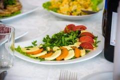 Обслуживание таблицы ресторанного обслуживании установленное с stemware silverware и стекла на ресторане перед партией Стоковые Фото
