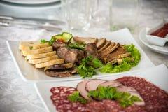 Обслуживание таблицы ресторанного обслуживании установленное с stemware silverware и стекла на ресторане перед партией Стоковое Изображение