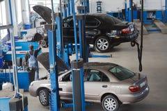 обслуживание 2 автомобилей Стоковые Фото