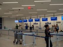 Обслуживание JetBlue проверяет внутри на крупном аэропорте JFK стоковые фото