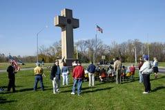 Обслуживания дня ветеранов держались на кресте мира стоковые изображения rf