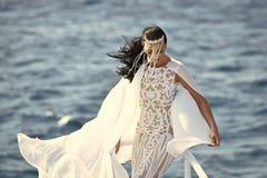 Обслуживания свадьбы Женщина представляя на мосте корабля Стоковое Изображение RF