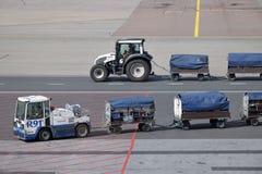 Обслуживать воздушных судн на авиапорте Хельсинки-ванта стоковое фото