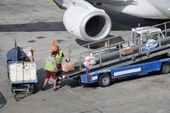 Обслуживать воздушных судн на авиапорте Хельсинки-ванта стоковое изображение rf