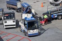 Обслуживать воздушных судн на авиапорте Хельсинки-ванта стоковые изображения rf
