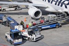 Обслуживать воздушных судн на авиапорте Хельсинки-ванта стоковое изображение