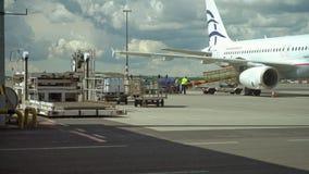Обслуживать реактивный двигатель воздушных судн на авиапорте стоковая фотография