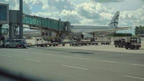 Обслуживать реактивный двигатель воздушных судн на авиапорте стоковые фото