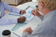 Обсуждать бизнес-отчет стоковые изображения