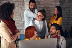 Обсуждать дела - коллеги в офисе Стоковое Изображение